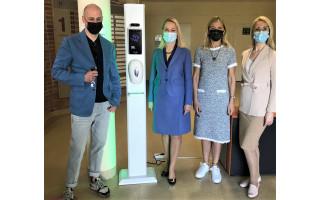 Palangos viešbučių ir restoranų asociacija miesto poliklinikai padovanojo 2602 eurų vertės modernų ir patogų bekontaktį kūno temperatūros detektorių