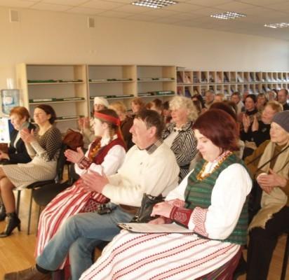 Palangos viešosios bibliotekos salėn rinkosi mylintys žemaičių tarmę (pirmoje eilėje pirma iš  dešinės – D.Zabitienė).