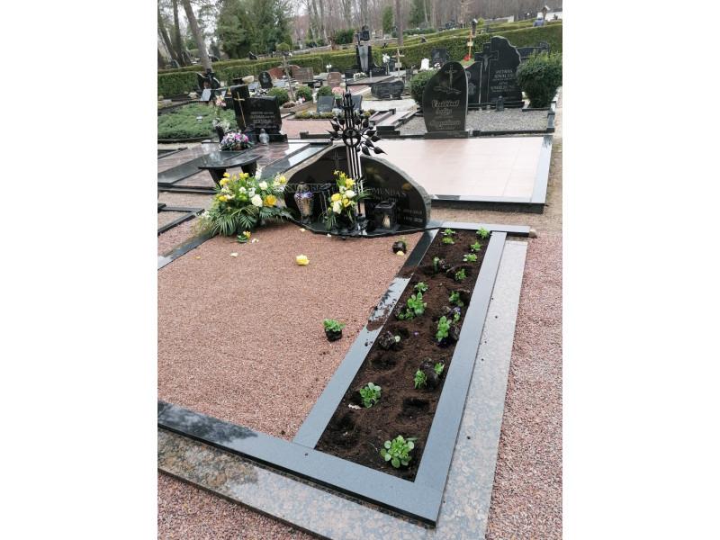 """Stirnos išvartė ir apkramtė ant kapo sudėtas gėles, bet Palangos komunalinio ūkio direktorius kratosi minties dėl kapinių sargo: """"Mirusiems reikia ramybės, o ne sargo"""""""