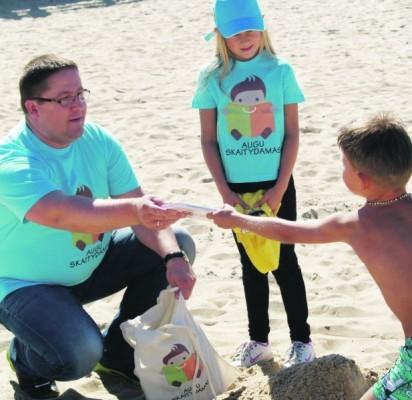 Trečiadienio popietę paplūdimyje įsitaisę negausūs poilsiautojai su vaikais susilaukė netikėtų dovanų – knygų iš paties kurorto mero Šarūno Vaitkaus rankų.
