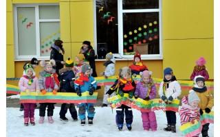 Dovana Lietuvai – 103 vaikų trispalvės