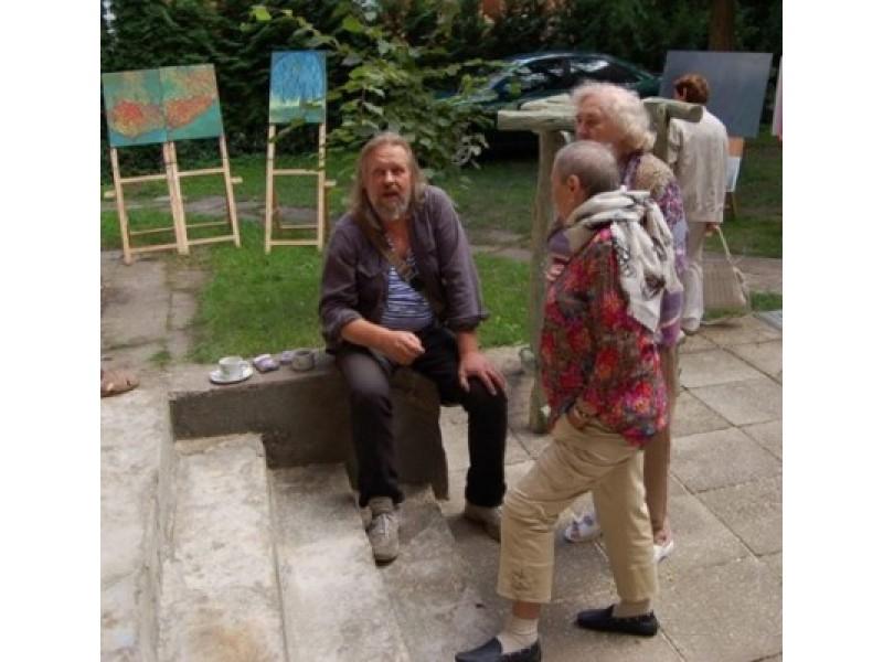 Simpoziumo dalyviai: skulptorius A.Makštutis ir tapytojas A.Ramanauskas su parodos lankytojomis.