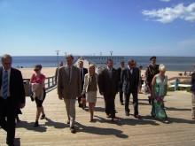 Svečiai lydimi, mero Š. Vaitkaus ir jo žmonos Vilmos, apsilankė ant Palangos tilto.