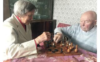 Neįtikėtina: šimtamečių palangiškių senolių pora pliekiasi šaškėmis