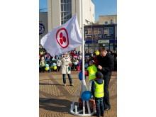 Kiek jaudindamiesi Taikos vėliavą aikštėje iškėlė Palangos miesto meras Š. Vaitkus ir jam talkinę mažieji Tomas bei Domantas.