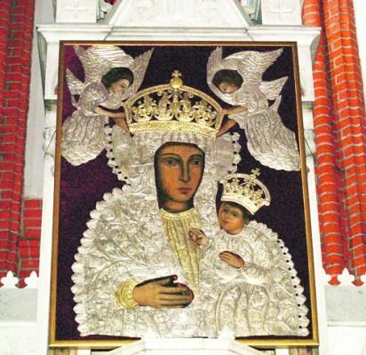 """Paveikslas """"Švč. Mergelė Marija su Vaikeliu"""" bei bažnyčioje dalimis išlikę barokiniai jo aptaisai, 2006–2008 m. restauruoti P. Gudyno restauravimo centre ir atgavo savo autentišką vaizdą."""