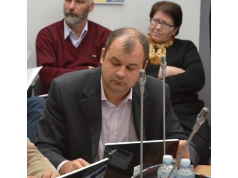 """Tarybos narys D. Paluckas neapdairiai balsavo už sutarties su Būsto energijos taupymo agentūra pasirašymą, pagal kurią būtų renovuojami ir daugiabučiai namai, administruojami nuo šios savaitės pradžios jo paties vadovaujamo UAB """"Palangos butų ūkio""""."""