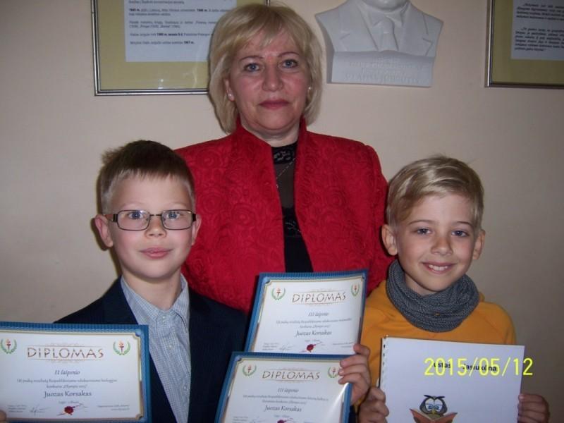 : jaunieji talentai J. Jasiukėnas (su savo knygele) ir J. Korsakas (su daug diplomų) su savo mokytoja E. Bendikiene.