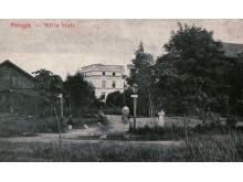 """Antrame nuotraukos plane šviečia """"Baltoji vila"""", vadinta ir """"Komoda"""", ir """"Jūrapiliu""""."""