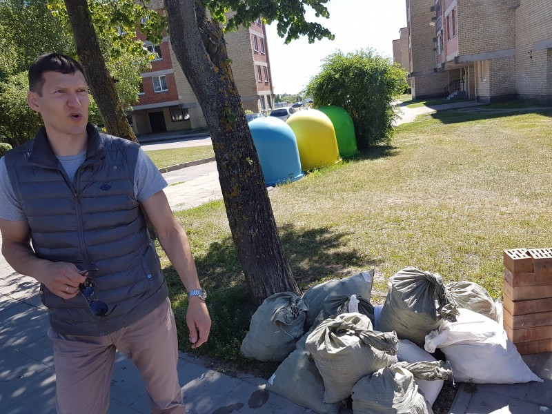 """Į Viešosios tvarkos skyrių paskambinęs UAB """"Palangos komunalinis ūkis"""" vadybininkas Redas Skudikis pranešė apie neteisėtai prie atliekų konteinerio maišuose sukrautą statybinį laužą."""