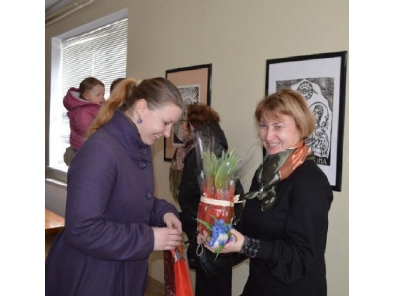 Parodos autorei I. Kvedarienei (dešinėje) – bičiulių sveikinimai.