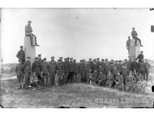 Žemgalos artilerijos pulko kariai prie senosios Rusijos-Prūsijos sienos Nemirsetoje 1920 m. Latvijos nacionalinės bibliotekos archyvas