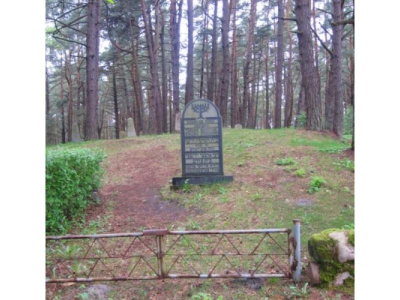 """""""Tebūnie šventas mirusių atminimas"""", - skelbia įrašas ant paminklinio akmens Palangos senosiose žydų kapinėse. / K. Litvinienės nuotr."""
