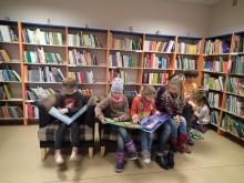Jauku jauniesiems skaitytojams viešosios bibliotekos vaikų literatūros skyriuje.