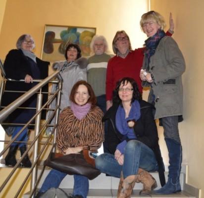 """Kūrybinės grupės """"Mostas"""" nariai pasirengę ištapyti Vaikų bibliotekos laiptinę bei fojė."""