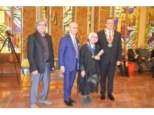 Seimo narys Antanas Vinkus, Palangos meras Šarūnas Vaitkus su parodą pristačiusiais menininkais – Gražina Oškinyte-Eimanavičiene ir Petru Baronu.