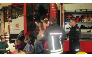Pradinukai įgijo žinių apie gaisrus ir ugniagesių darbą