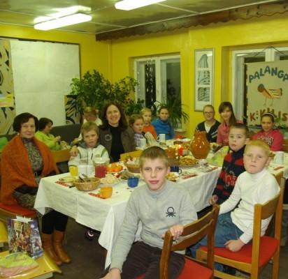 """D.Šeduikienės (sėdi trečia iš kairės) vadovaujamo """"Kikilio"""" kikiliukai kartu su mamomis ir Palangos moksleivių klubo direktore R.Geciene (pirma iš kairės) penktąjį kartą didžiųjų metų švenčių išvakarėse susirinko vakaronėn."""