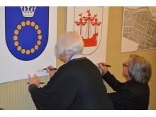 Menininkams pasirašius ant Palangos ir Šventosios heraldikos ženklų, paroda atidaryta.
