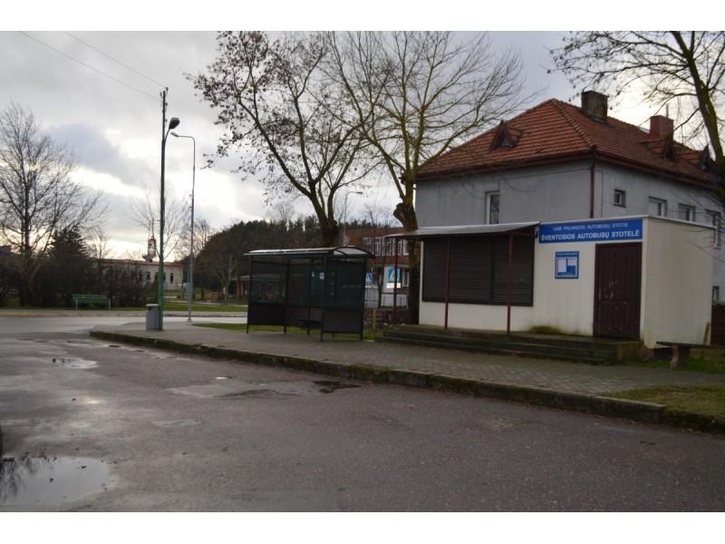 Šventosios autobusų stotelėje žiemą – mažai veiksmo, vienas kitas tik keliauja, dėl to ir poreikio prižiūrėti veikiantį tualetą nėra.