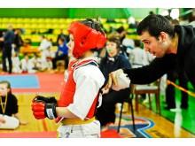 Lukas Kubilius ragina vieną  iš  treniruojamų jaunųjų  sportininkų.