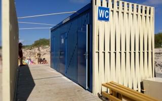 """Paplūdimyje statomi konteineriniai tualetai, dėl kurių Savivaldybė buvusi surėmusi ietis su Statybų inspekcija - pasirašyta taikos sutartis (VISĄ STRAIPSNĮ SKAITYKITE PENKTADIENĮ """"PALANGOS TILTE"""")"""