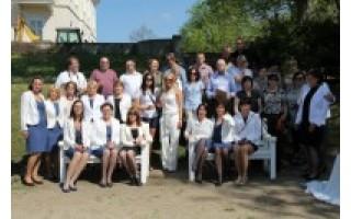 Birutės parko rozariumas pasipuošė baltais suoliukas