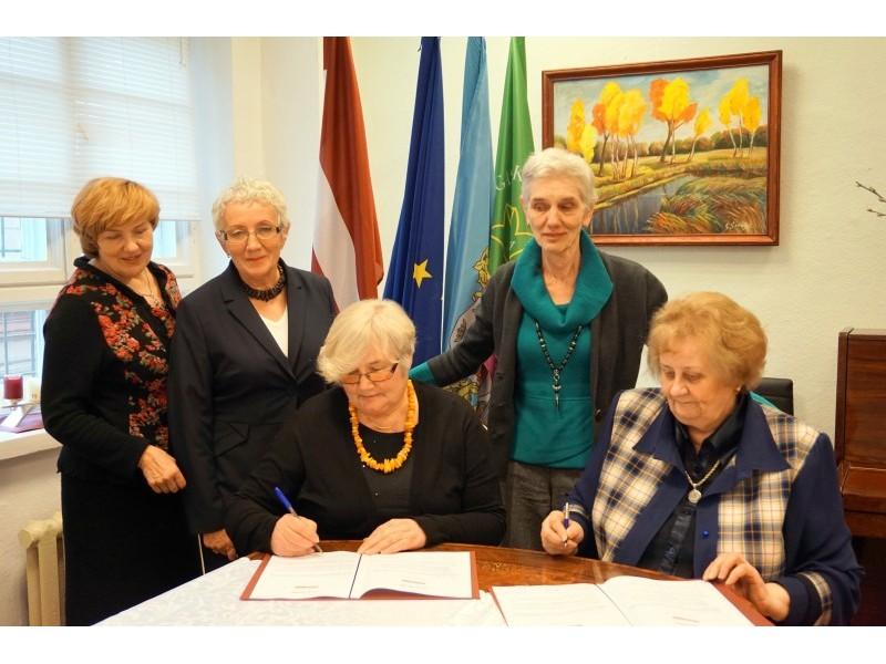 Palangos Tau pasirašė bendradarbiavimo sutartį Rygoje