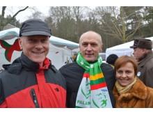 Tarybos narys Gediminas Valinevičius (centre) su broliu ir žmona