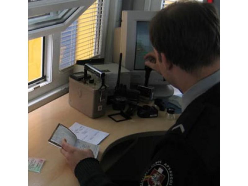 Klaipėdos uoste VSAT pareigūnai sulaikė iš Švedijos keltu atvykusį Palangos gyventoją, kuris  patikrinimo metu pateikė, įtariama, suklastotą vairuotojo pažymėjimą. / VSAT nuotr.