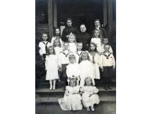 Grafienė Sofija Tiškevičienė su vaikaičiais – sūnų Aleksandro ir Felikso vaikais. Fotografė Paulina Mongirdaitė, XX a. pr.