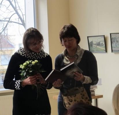 Savo pirmąjį romaną pristačiusiai Andželikai Bubelytei (kairėje) gėlių ir dovanų įteikė Palangos viešosios bibliotekos Informacijos skyriaus vedėja Miglė Jonaitienė.