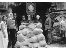 Vytauto Didžiojo paveikslo sargyboje Palangoje 1930 m. Antras iš kairės viršaitis Paulauskas, šalia paveikslo – generolas Ramanauskas, J. Šliūpas, kunigas kanauninkas K. Prapuolenis.