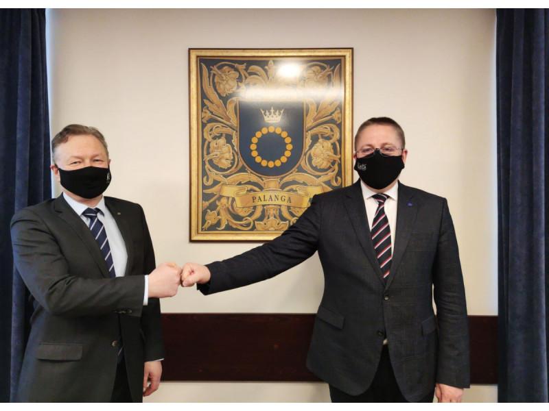 Klaipėdos universiteto rektorius prof. dr. Artūras Razbadauskas (kairėje) su Palangos miesto meru Šarūnu Vaitkumi