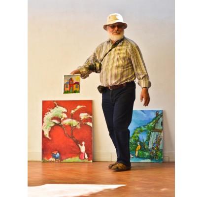Jonas Daniliauskas rodo savo anūkės parodai nutapytą paveikslą.