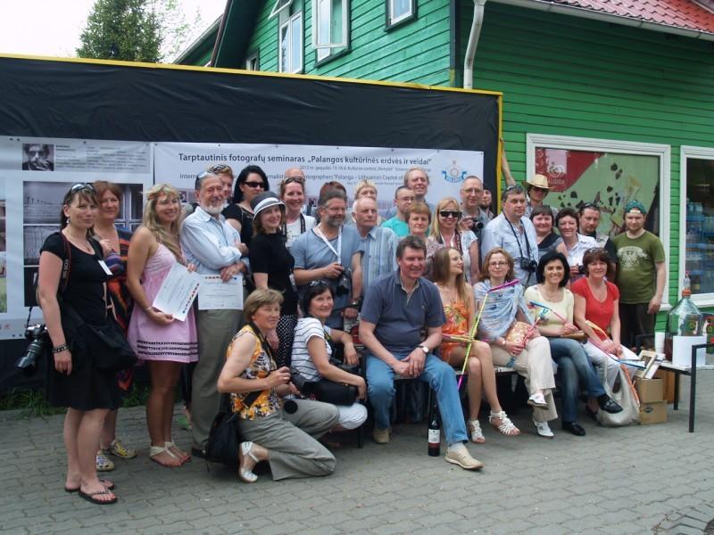 Visi seminaro dalyviai bendron nuotraukon netilpo: vieni fotografavosi, kiti fotografavo.