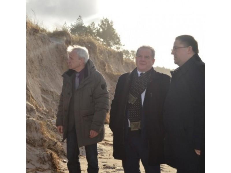 K. Skierus, K. Trečiokas ir Š. Vaitkus apžiūrėjo labiausiai nukentėjusius Palangos paplūdimių ruožus.