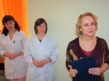 Kretingos ligoninės vyr. gydytoja Ilona Volskienė (dešinėje) džiaugėsi atnaujintu skyriumi, dėkojo visiems už nuveiktą darbą, skyriaus kolektyvui ir vedėjai Daliai Opulskienei (viduryje) – už kuriamą ypatingą atmosferą. / G. Maciaus nuotr.