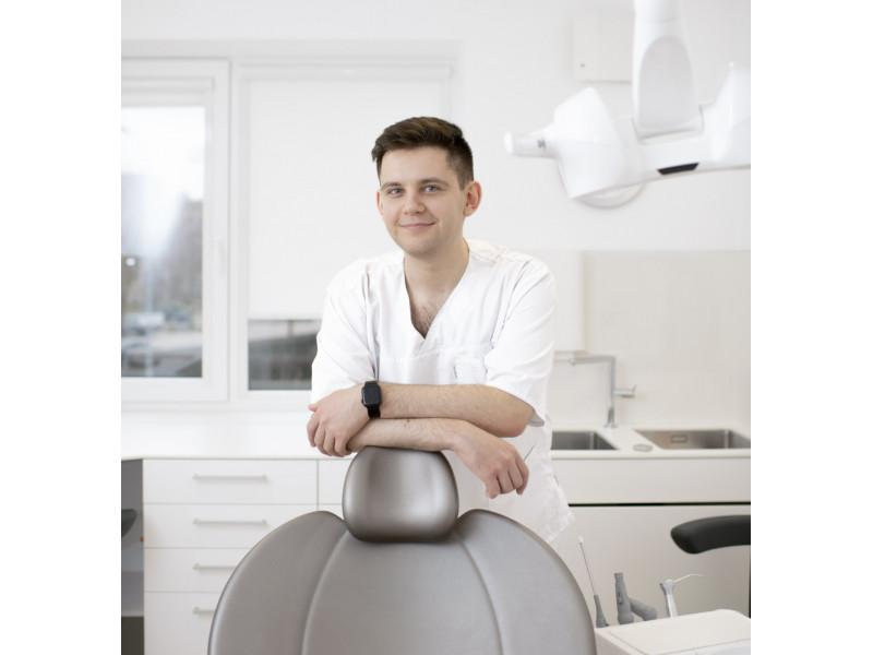 Iš Baltarusijos, Minsko, Palangą gyventi persikėlęs odontologas Dmitrijus Valadkevičius dirba  Baltijos odontologijos centre