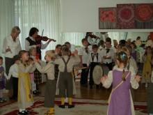 """Svečiams iš Vokietijos koncertavo mažieji """"Nykštuko"""" auklėtiniai."""