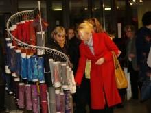Palangos ponios ir panelės susidomėjo įvairiaspalviais eksponatais.