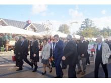 J. Basanavičiaus gatve žengia miesto vadovai ir svečiai.