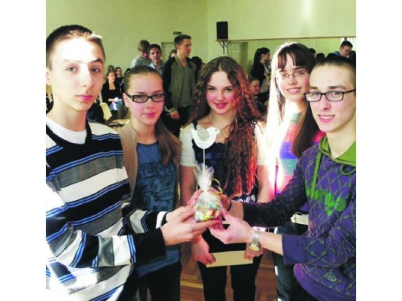 """""""Protmūšio"""" nugalėtojai – IC klasės komanda: nuo kairės pusės V. Gavelis, I. Šimkutė, K. Gadeikytė, K. Ostroverch, D. Kasperavičius."""