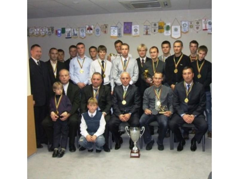 Palangos futbolininkų komanda – su pergalės taure rankose