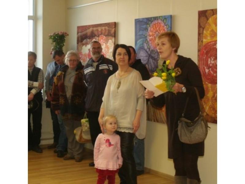 Mokytoja D. Rakauskienė perskaitė poetės ir kolegės E. Karnauskaitės sveikinimą, kurio klausėsi parodos autorė ir prie jos besiglaudžianti mažoji Gabija.
