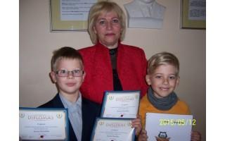 Mokytojai pamokose padeda talentingi antrokai Juozas ir Justas