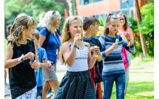 Palanga siūlo pagauti vėją – vaikams dovanoja muilo burbulų pramogas