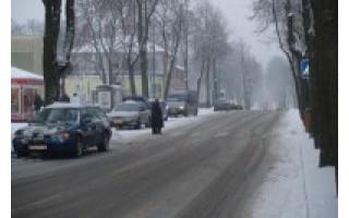 Miesto centre – avarinėm šviesom  mirksinčių automobilių eilės