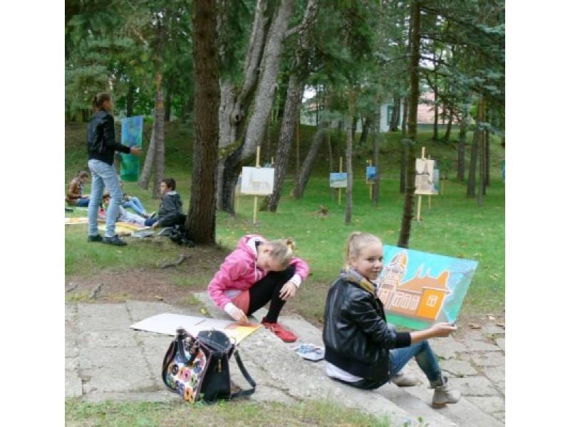 """Prie vilos """"Anapilis"""" vyko Palangos S. Vainiūno meno mokyklos jaunųjų dailininkų rudens pleneras ir darbų paroda."""