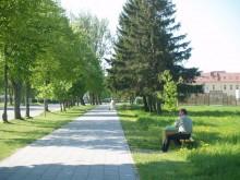 Naujasis Mokyklos g. šaligatvis džiugina, tačiau per metrą nuo jo stovintys seni suoliukai glumina.
